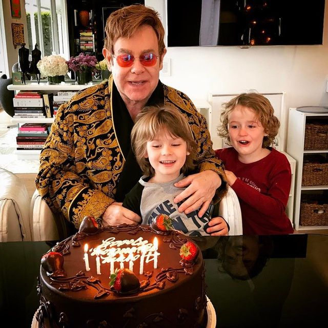 Elton John là ông bố nghiêm khắc của hai cậu con trai.