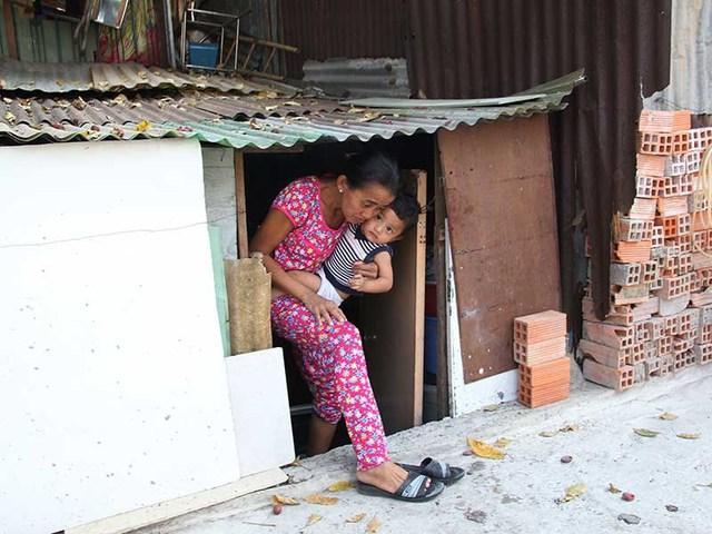 """Nhà dân trên đường Phan Văn Hân, quận Bình Thạnh, TP.HCM bị biến thành """"hầm"""" sau khi đường này được nâng cấp, mở rộng. Ảnh: HOÀNG GIANG"""