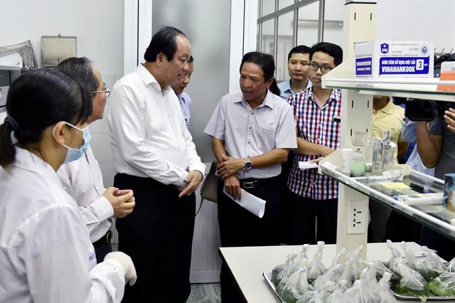 Tổ công tác của Thủ tướng kiểm tra thực tế việc kiểm tra chuyên ngành với hàng hóa xuất nhập khẩu tại cảng Hải Phòng. - Ảnh: VGP/Nhật Bắc