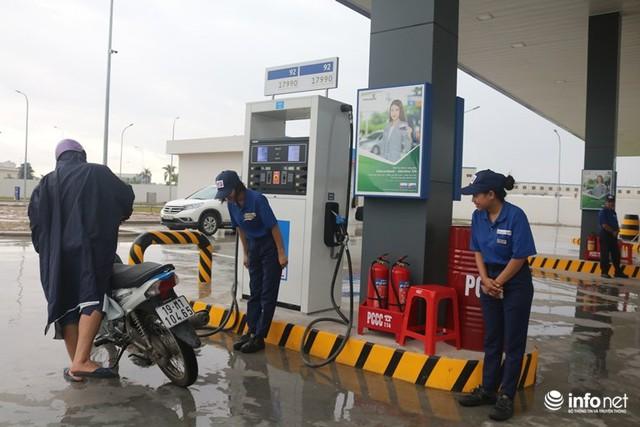 Nhân viên trạm xăng niềm nở cúi đầu chào khách hàng sau khi đổ xăng. Nguồn ảnh: Infonet.