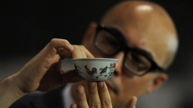 Một chiếc bát sứ nhỏ của có thể được bán cả triệu đô: Điều gì làm nên mức giá ngất ngưởng của gốm sứ Trung - Ảnh 1.
