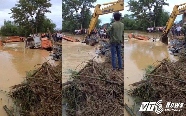 Một chiếc máy múc được đưa xuống để chèn chặn đoạn đê vỡ ngăn nước tràn vào làng ở Xuân Minh, Thọ Xuân. Thanh Hoá. (Ảnh: Nguyễn Quế)