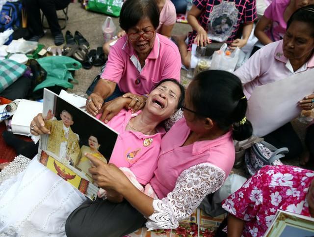 Nhiều người dân Thái Lan thực lòng yêu quí nhà vua, họ khóc ngất khi hay tin sức khỏe Vua chuyển biến xấu - Ảnh: Reuters