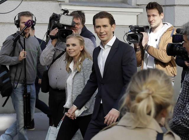 Ông Kurz và bạn gái đi bỏ phiếu. (Ảnh: AP)