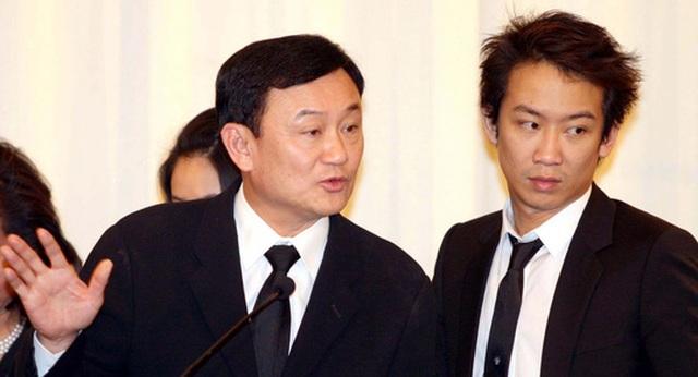 Cựu Thủ tướng Thái Lan Thaksin Shinawatra (trái) và con trai Panthongtae Shinawatra. Ảnh: The Nation
