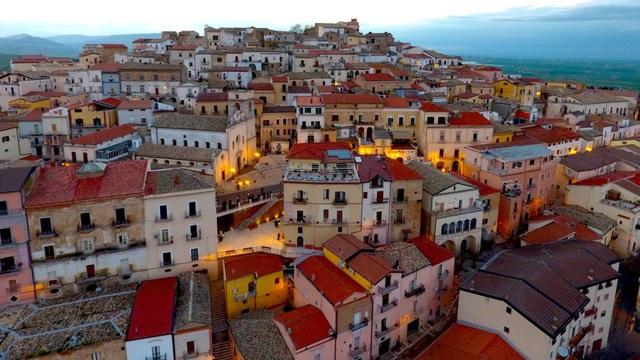 Candela rất dễ trở thành thị trấn ma nếu không có người đến ở.