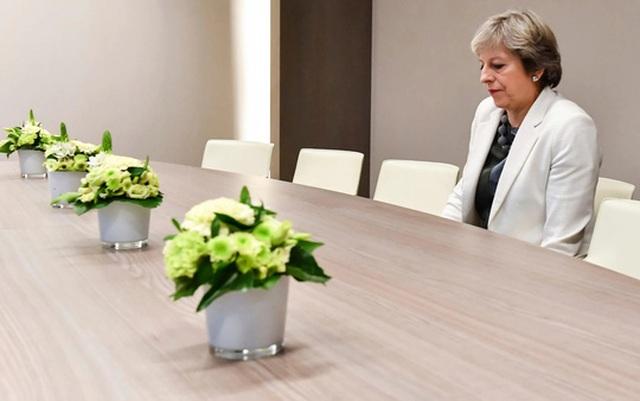 Bức ảnh bà Theresa May ngồi một mình trong lúc chờ đàm phán Brexit gây chú ý mạnh. Ảnh: AP