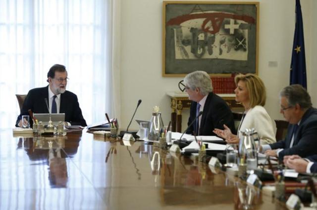 Thủ tướng Mariano Rajoy (trái) tại cuộc họp nội các hôm 21-10. Ảnh: REUTERS