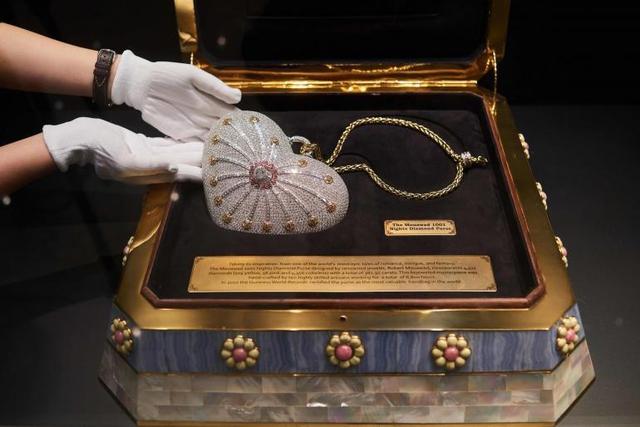 Chiếc túi kim cương hình trái tim có giá 3,8 triệu USD.