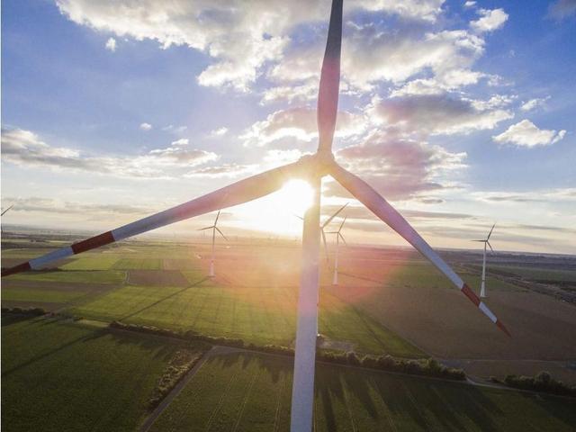 Tua bin hoạt động ở một trang trại gió