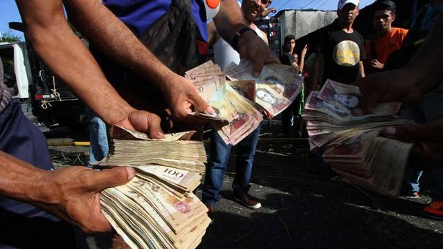 Lạm phát nghiêm trọng khiến đồng nội tệ Zimbabwe trở nên vô giá trị - Ảnh: CNN.