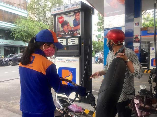 Việc thay đổi thói quen của người tiêu dùng đối với xăng sinh học đang là vấn đề nan giải. Trong ảnh: Người tiêu dùng đổ xăng E5 tại cửa hàng xăng dầu Petrolimex trên đường Phạm Hồng Thái, quận 1, TP.HCM ngày 1-11. Ảnh: TÚ UYÊN