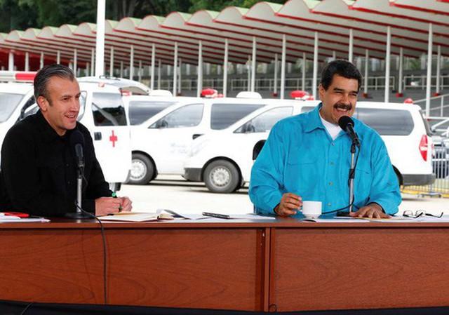 Ông Maduro (phải) đã chỉ định Phó Tổng thống Tareck El Aissami (trái) dẫn đầu nỗ lực tái cơ cấu nợ. Ảnh: REUTERS