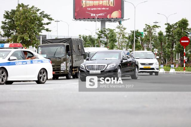 Xe của đoàn Hàn Quốc nhanh chóng được lực lượng Cảnh sát giao thông hộ tống rời khỏi sân bay