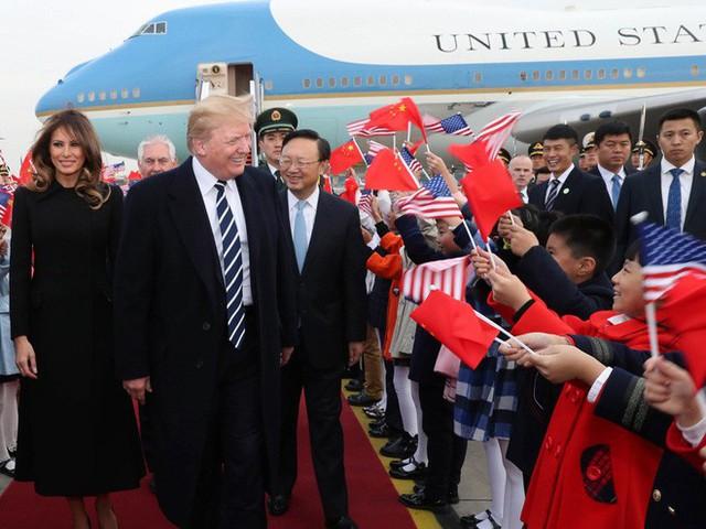 Ủy viên Quốc vụ viện Trung Quốc Dương Khiết Trì (đeo kính) đại diện chính phủ Trung Quốc ra sân bay đón Tổng thống Mỹ và phu nhân. Ảnh Tân Hoa Xã