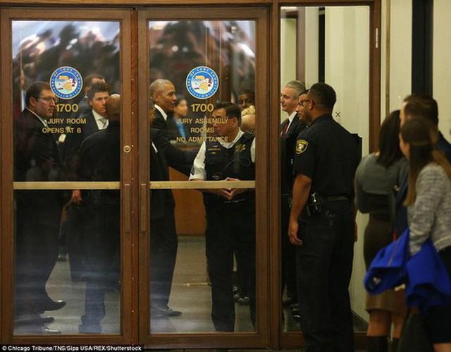 Cựu Tổng thống Barack Obama xuất hiện tại Daley Center. Ảnh: Chicago Tribune