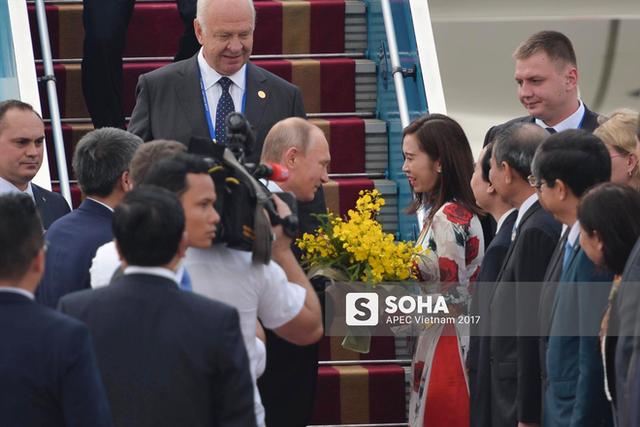 Tổng thống Putin nhận hoa chào mừng từ đại diện Việt Nam