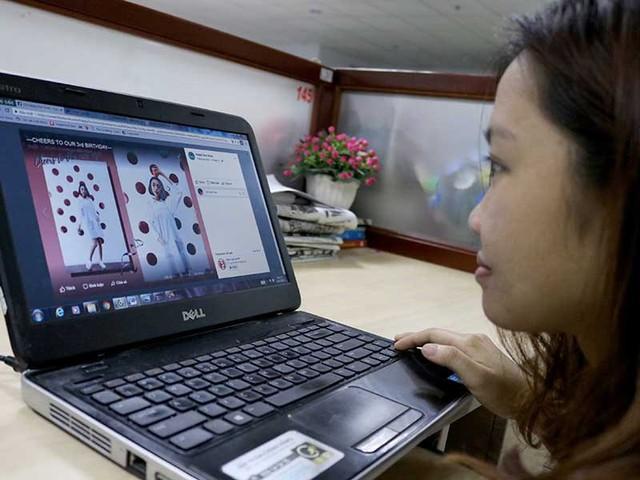 Cơ quan thuế đang muốn đánh thuế với hàng hóa trên 1 triệu đồng được mua bán trên mạng. Trong ảnh: Bạn trẻ tìm mua quần áo bán trên mạng Facebook. Ảnh: HOÀNG GIANG