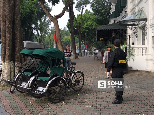 Tổng thống Donald Trump đã về đến khách sạn tại trung tâm Hà Nội, vẫy tay chào người dân - Ảnh 1.