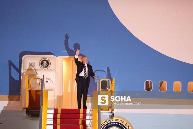 Tổng thống Donald Trump xuất hiện ở cửa chuyên cơ Air Force One vào khoảng 17h40