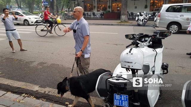 Khoảng 7h30 sáng, các mật vụ Mỹ cho chó nghiệp vụ kiểm tra khu vực xung quanh khách sạn nơi tổng thống Mỹ lưu lại