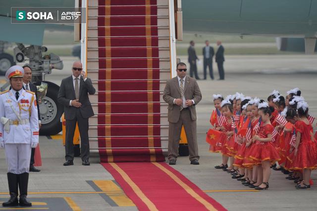 Thảm đỏ, đội tiêu binh và các em thiếu nhi chuẩn bị tiễn tổng thống Mỹ Donald Trump