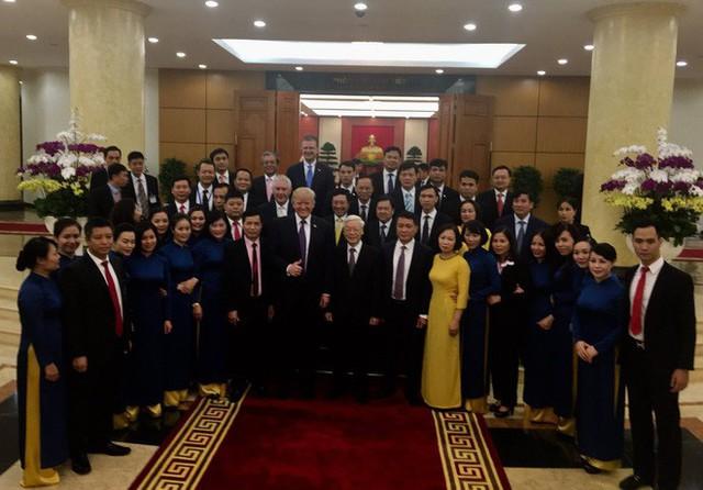 Tổng thống Donald Trump chụp ảnh lưu niệm cùng Tổng bí thư Nguyễn Phú Trọng. Hình ảnh do ông Dan Scavino Jr, giám đốc truyền thông mạng xã hội của Nhà Trắng, đăng tải trên Twitter