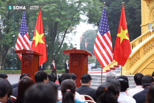 Bục họp báo dành cho hai lãnh đạo đã được chuẩn bị tại sân Phủ chủ tịch