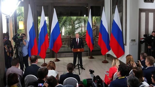 Tổng thống Nga Vladimir Putin họp báo bên lề APEC tại Sun Peninsula Residence Villa do Tập đoàn Sungroup làm chủ đầu tư.