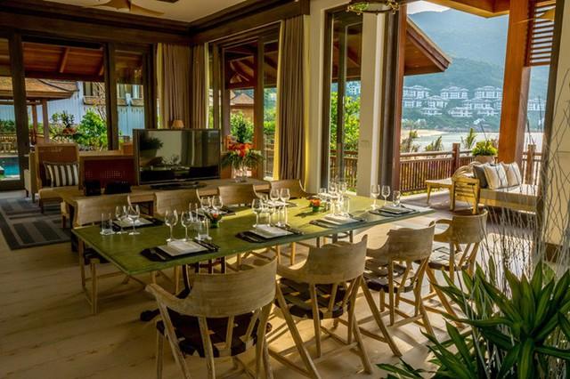 Phòng khách nhìn ra biển của Sun Peninsula Residence Villa.