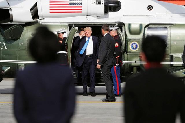 Tổng thống Mỹ Donald Trump chuẩn bị lên chiếc Không lực Một tại sân bay quốc tế Ninoy Aquino ở Manila - Philippines hôm 14-11 để về nhà Ảnh: REUTERS