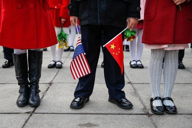 Một em bé cầm quốc kỳ Mỹ-Trung trước lễ đón chính thức dành cho Tổng thống Mỹ Donald Trump tại Đại lễ đường nhân dân ở Bắc Kinh vào ngày 9/11.