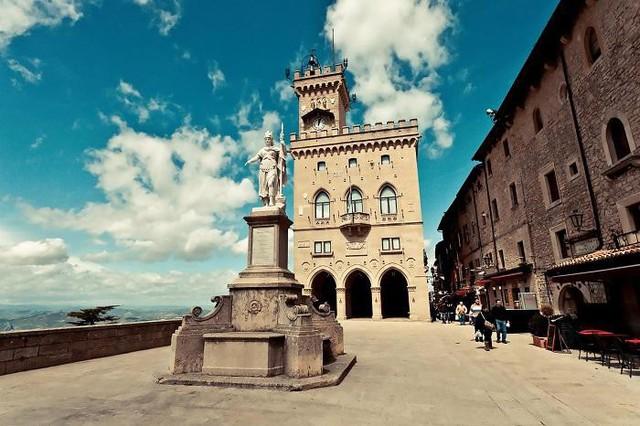 San Marino là nước nhỏ thứ 3 trên thế giới. Tuy nhiên, điều bất ngờ là khi San Marino được lọt TOP 10 nước giàu nhất thế giới,với chỉ số GDP bình quân đầu người đạt 64443 USD, tức khoảng 1,47 tỉ đồng.
