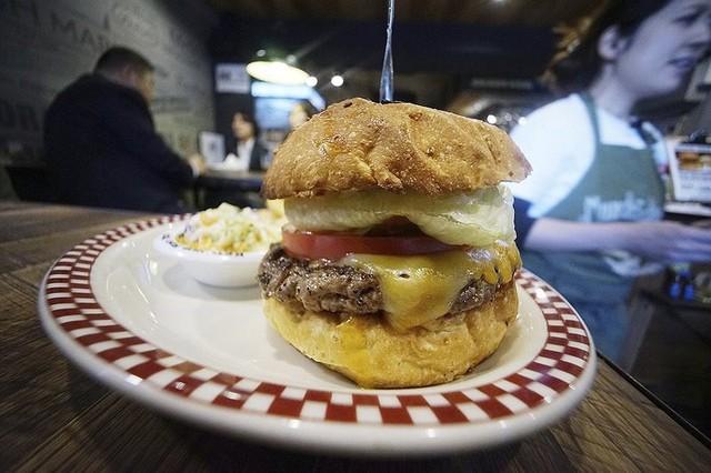Cận cảnh chiếc hamburger Colby Jack giống với chiếc bánh mà Tổng thống Trump đã ăn. Ảnh: AP