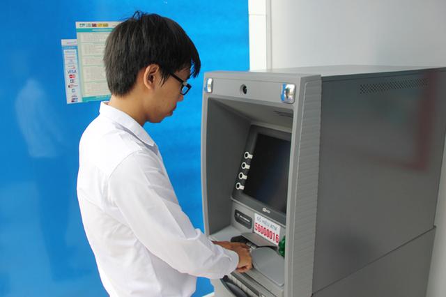 """NHNN cho rằng dự thảo Thông tư dự kiến bổ sung thêm dịch vụ  rút tiền mặt tại POS với hạn mức không quá 5 triệu đồng/ngày -không phải là hạn chế rút tiền mặt tại ATM  và không liên quan tới ATM"""""""