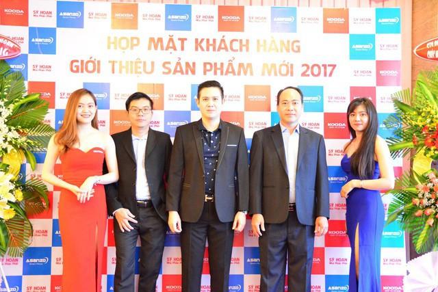 Ông Liêu Chí Dũng, thứ hai bên trái sang và ông Phạm Văn Tam, Chủ tịch tập đoàn điện tử Asanzo tại sự kiện ra mắt sản phẩm Kooda