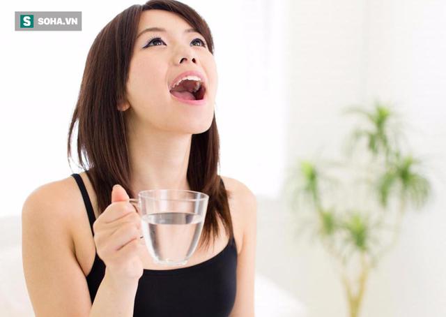 Súc miệng sau khi ăn xong giúp làm sạch những thức ăn còn thừa trong khoang miệng