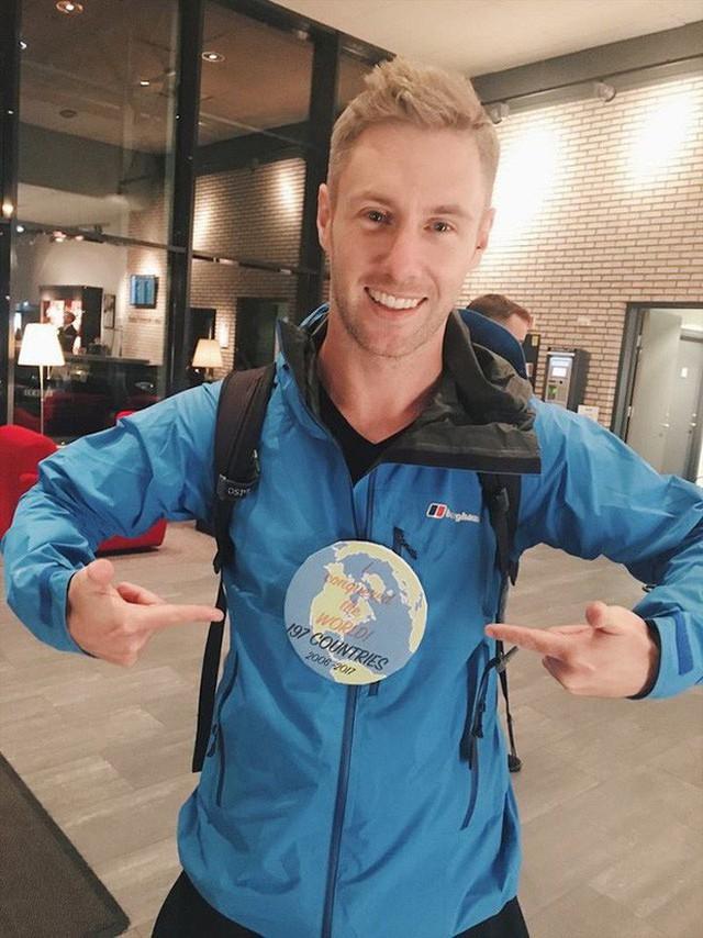 Ward đeo huy hiệu hoàn thành chuyến đi vòng quanh thế giới