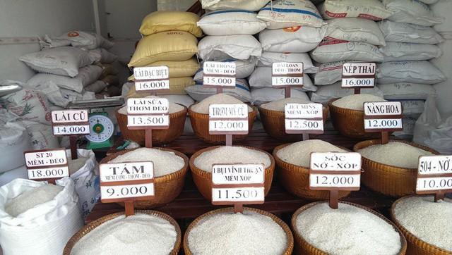 Bảng giá gạo tại các tiệm bán gạo hiện nay chỉ là một thứ đầu dê, vì không ai biết nguồn gốc và lý lịch gạo nằm trong cái thúng hư thực đến đâu. Ảnh: TL