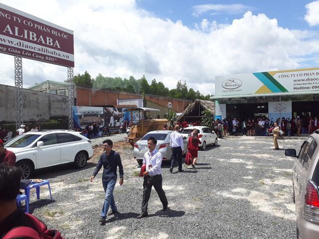 Công ty địa ốc Alibaba dẫn khách đi Long Thành, Đồng Nai xem đất nền và đặt cọc.