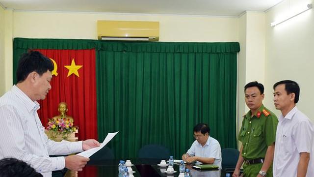 Công an đọc lệnh thực hiện bắt tạm giam ông Trần Văn Tâm.