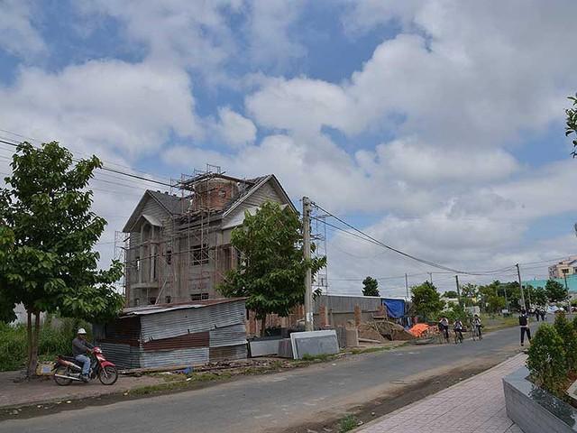 Một phần khu đất của gia đình ông Hương đã mọc lên nhiều công trình nhưng đến nay ông vẫn chưa nhận được tiền bồi thường.