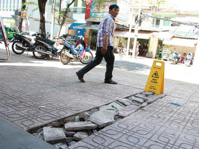 Vỉa hè các con phố Võ Văn Tần bị đào lên nhưng tái lập cẩu thả