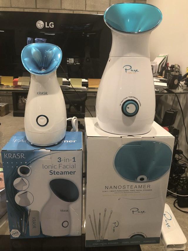 Sản phẩm Nanosteamer của Pure Daily Care (phải) đứng cạnh sản phẩm nhái của Krasr