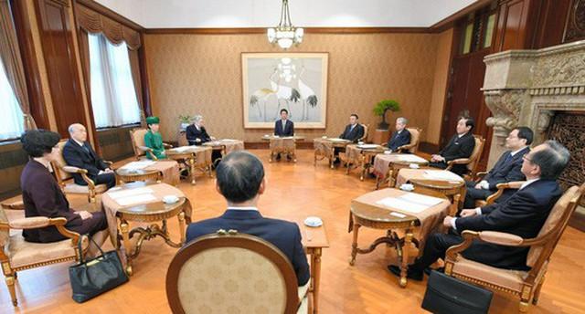 Ông Abe chủ trì cuộc họp bàn về ngày thoái vị của Nhật hoàng hôm 1-12. Ảnh: KYODO
