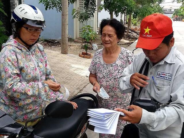 Thu tiền điện tại một khu dân cư ở huyện Bình Chánh, TP.HCM. Ảnh: HTD