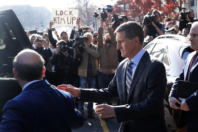 Ông Michael Flynn rời tòa án ở thủ đô Washington hôm 1-12. Ảnh: Reuters