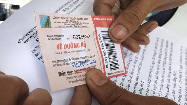 Tài xế không chịu qua trạm thu phí vì nghi ngờ vé tẩy xoá có dấu hiệu trốn thuế