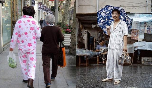 Mấy bộ quần áo dạng bà thím như thế này nhan nhản trên đường phố Trung Quốc.
