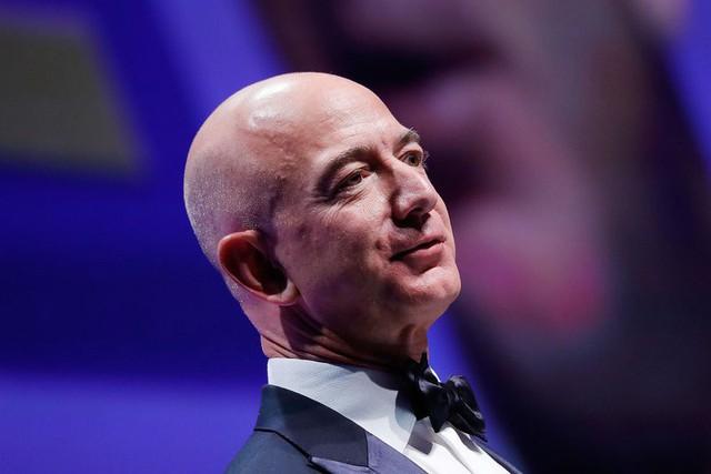 Jeff Bezos, nhà sáng lập và chủ sở hữu của hệ thống thương mại điện tử Amazon.